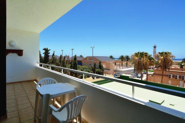 FUE 110068-53 möblierter Balkon mit Blick auf den Strand