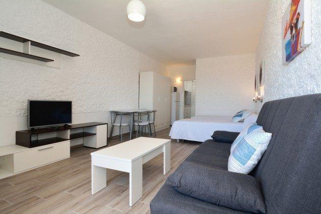 FUE 110068-57 der Wohnbereich geht über in den Schlafbereich und Küche