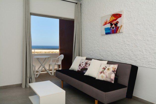 FUE 110068-58 Sofa im Wohnbereich und Zugang zum Balkon