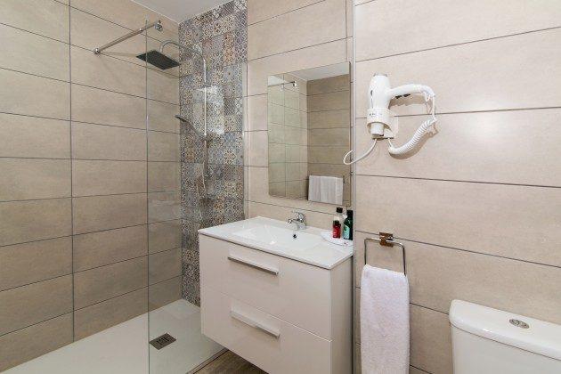FUE 110068-86 erstes Badezimmer