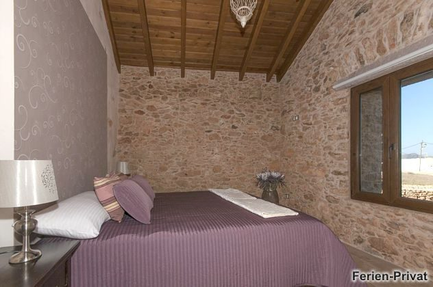 Schlafzimmer mit Doppelbett (oder zwei Einzelbetten)