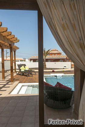 Ausblick auf Pool und Terrasse