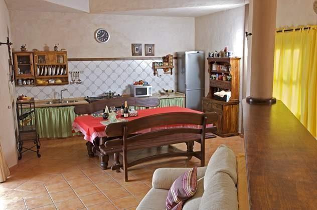 Küchenzeile mit Esstisch und Bänken