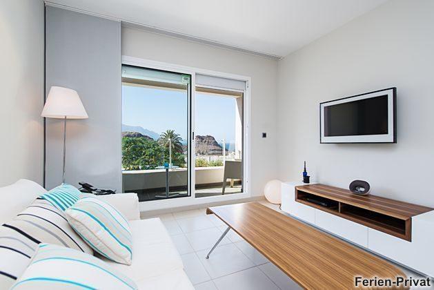 Wohnzimmer und angrenzender Balkon