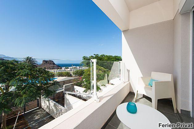 Balkon mit Verglasung als Windschutz und Meerblick