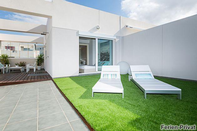 Terrasse mit Sonnenliegen und Sitzplatz