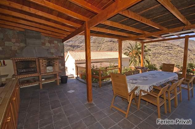 Grillplatz mit kleiner Außenküche und Essplatz