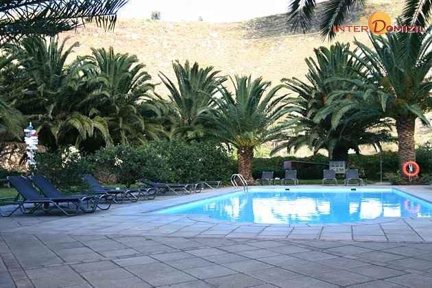 Pool und Terrasse mit Liegen