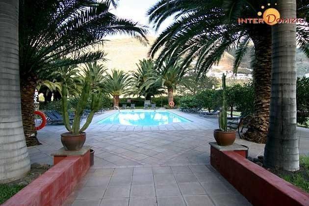Blick zum Pool mit Sonnenterrasse