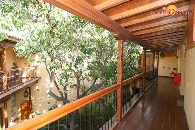 Galerie mit Blick auf den grünen Innenhof