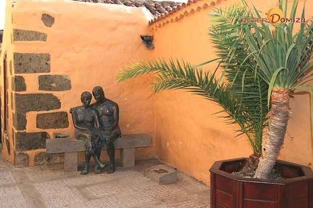 Statuen auf einer Bank nahe dem Hotel