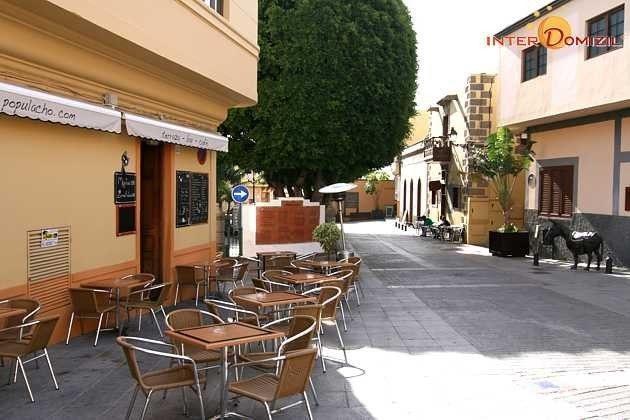 viele kleine Restaurants in den Straßen des Ortes