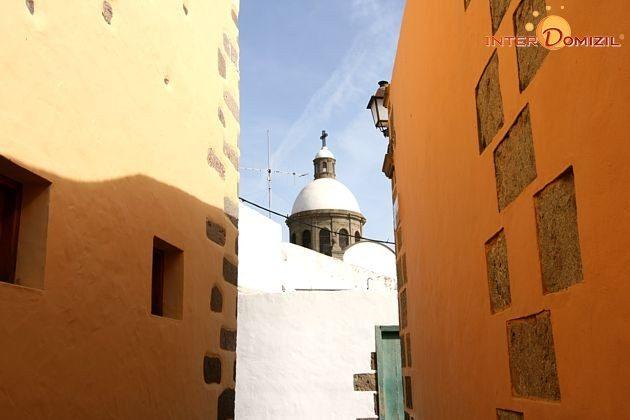 Gasse mit Blick auf die Kuppel der Kirche