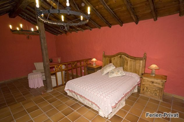 Schlafzimmer mit Doppelbett und Sitzecke