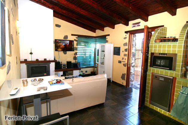 Küchenzeile und Wohnraum