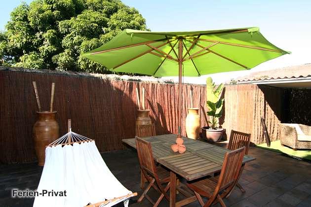 Terrasse mit Gartenmöbeln, teils überdacht