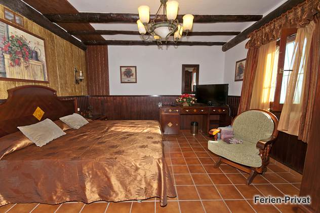 großes Wohn-/Schlafzimmer mit Doppelbett