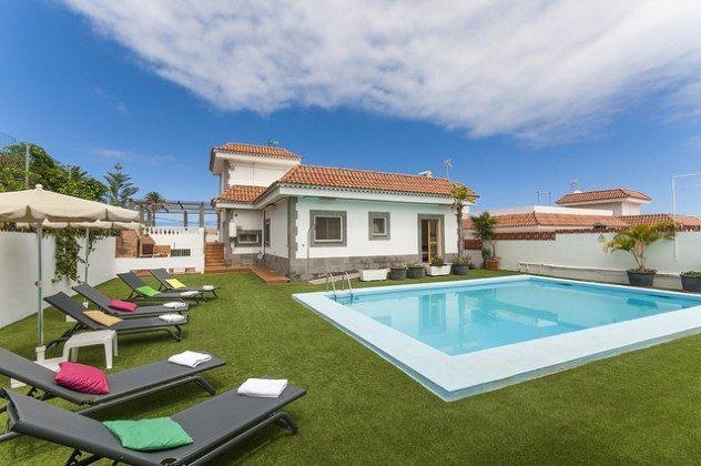 Außenansicht Haus und Pool