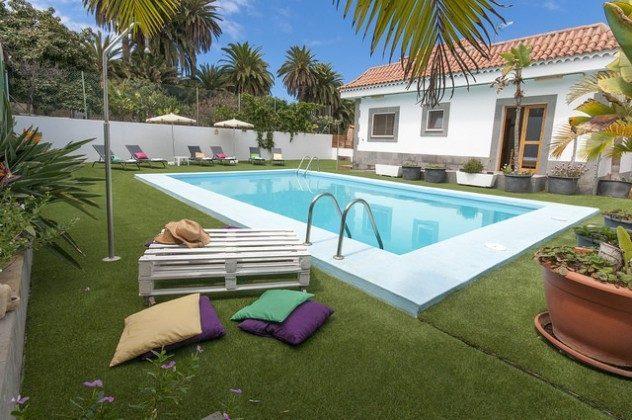 Sonnenliegen und Pool