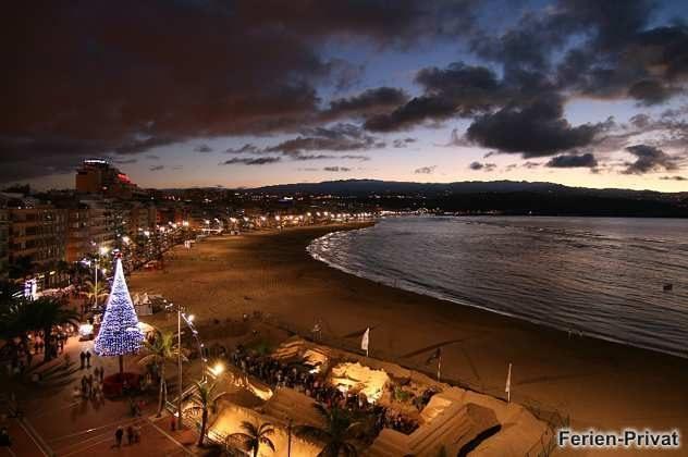 Panoramablick über Strand und Promenade, Weihnachtszeit