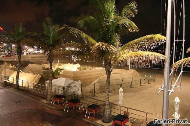 Strand und Promenade bei Nacht