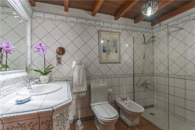 GC 2584-66 Wohnbeispiel Badezimmer mit Dusche