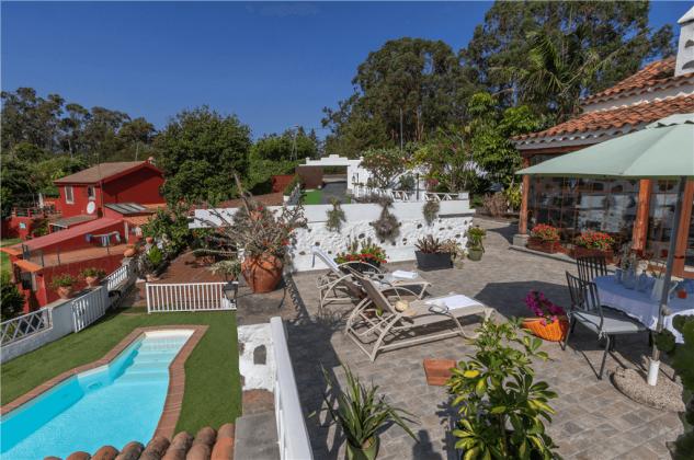 GC 2584-66 Außenbereich mit Terrasse und Pool