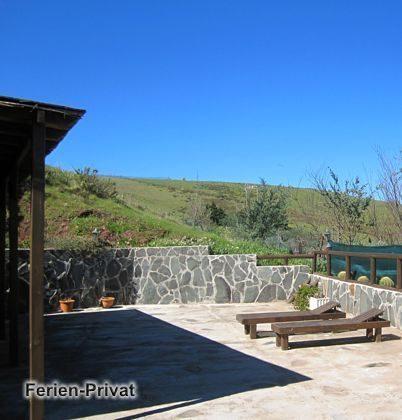 Terrasse mit Grill und Sonnenliegen