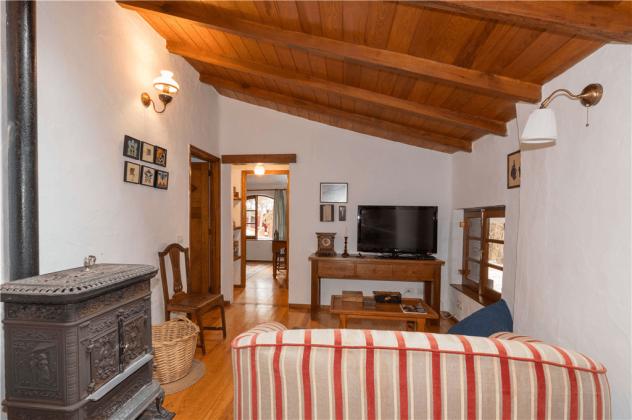 GC 2584-92 Wohnzimmer mit Holzofen und TV