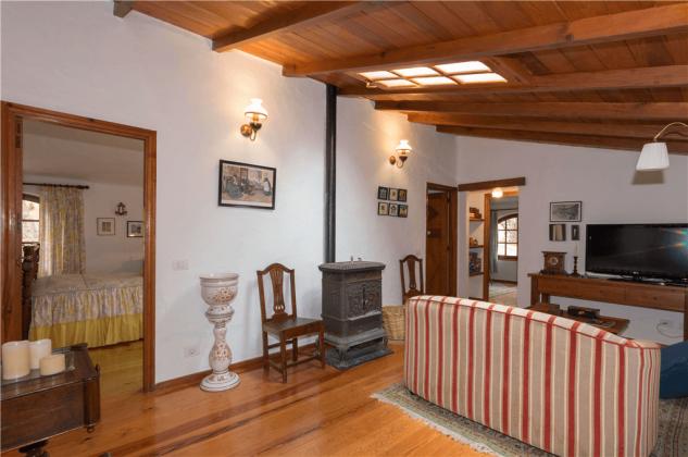 GC 2584-92 ZUgang zum Schlafraum mit Doppelbett vom Wohnzimmer mit Holzofen