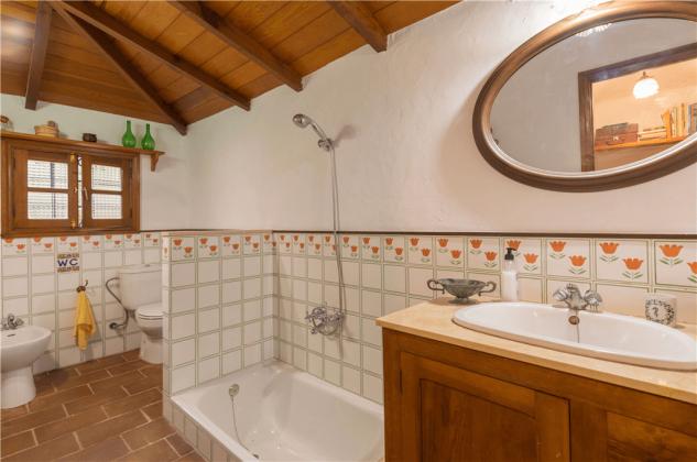 GC 2584-92 zweites Badezimmer mit kleiner Wanne und Bidet