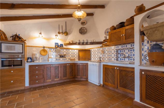 GC 2584-92 große Küche mit vielen Geräten und Kochutensilien