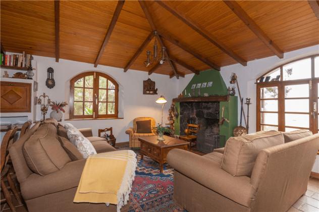 GC 2584-92 Wohnzimmer mit gemütlichen Sofas und Kamin