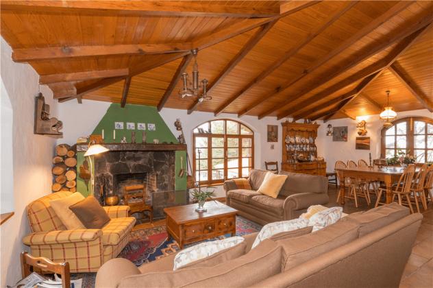 GC 2584-92 Wohnraum mit großem Esstisch