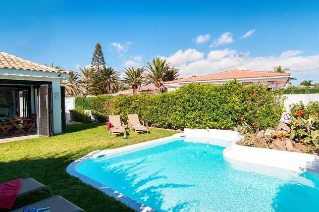 Pool und Garten mit Sonnenliegen