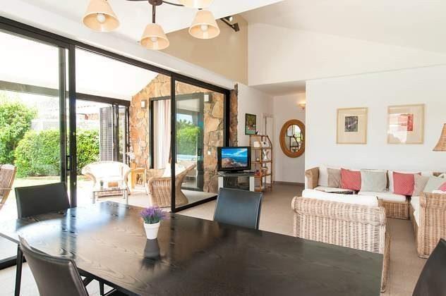 Esstisch und Wohnbereich mit SAT-TV