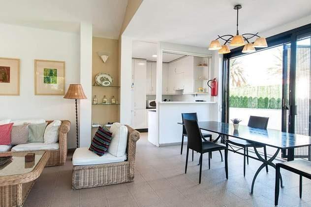 GC 150098-1 Sofaecke und Esstisch im Wohnbereich mit Küche