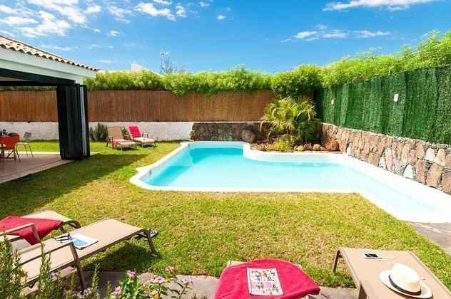 privater Swimmingpool mit Garten und Sonnenliegen