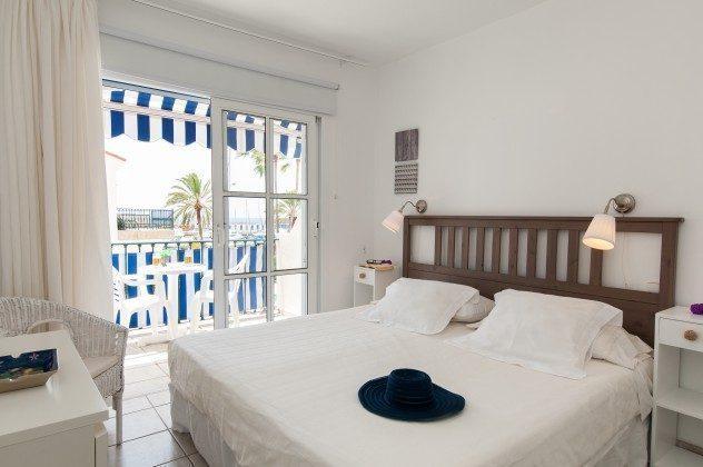 GC 164835-16 Schlafzimmer mit Doppelbett und Zugang zum Balkon