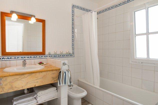 GC 164835-16 eines der Badezimmer mit Wanne