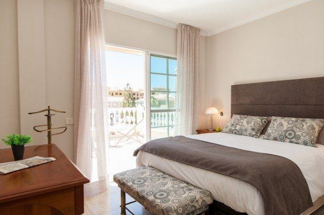 GC 164835-17 Schlafzimmer mit Doppelbett und Zugang zum Balkon