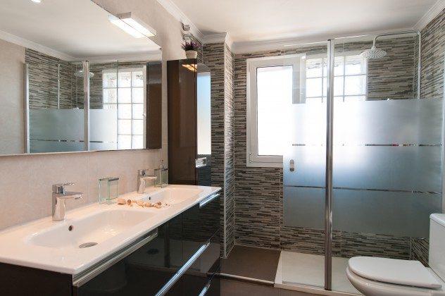GC 164835-17 Badezimmer mit großer Duschkabine