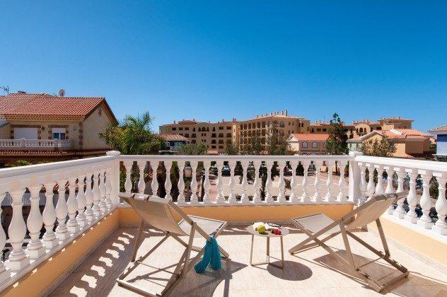 GC 164835-17 Balkon mit Liegestühlen
