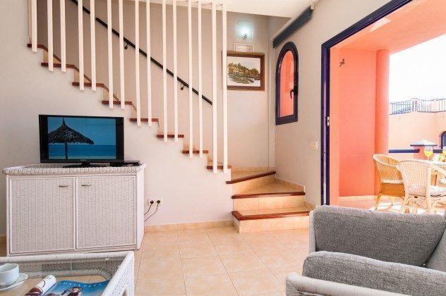 GC 164835-20 Wohnzimmer mit Zugang zur Terrasse und Treppe nach oben
