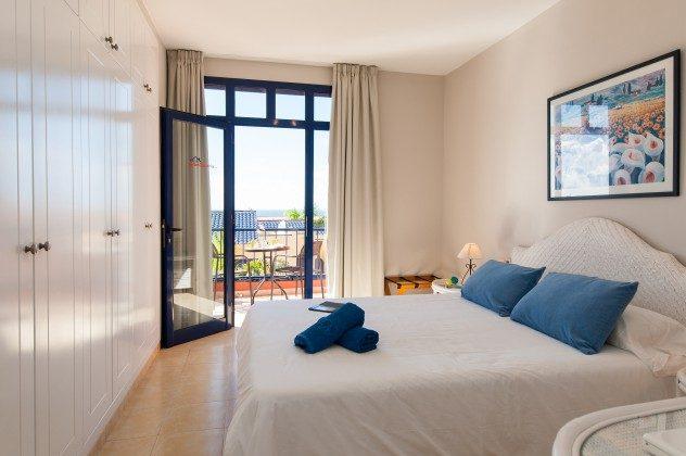 GC 164835-20 Schlafzimmer mit Doppelbett und Zugang zum Balkon im Obergeschoss