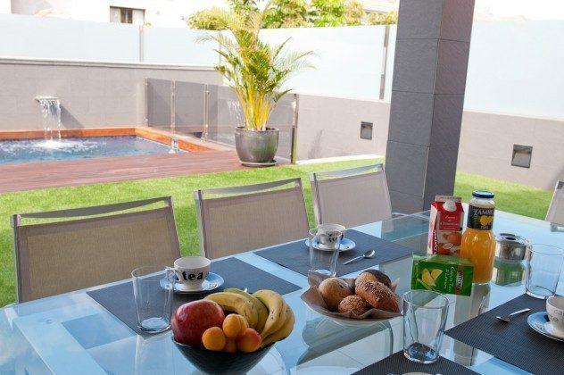 GC 164835-21 Frühstück auf der überdachten Terrasse mit Blick zum Pool