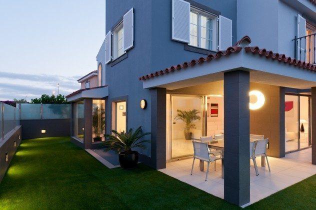 GC 164835-21 Außenansicht, überdachte Terrasse mit Gartenmöbeln