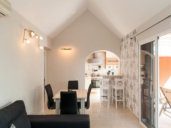 GC 164835-28 Wohn-/Essbereich und Durchgang zur Küche