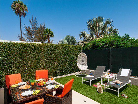 GC 164835-29 privater Garten mit Terrasse und Sonnenliegen
