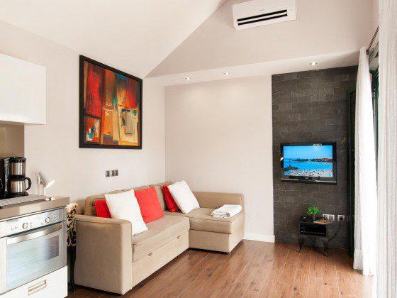 GC 164835-29 offener Wohnbereich mit SAT-TV